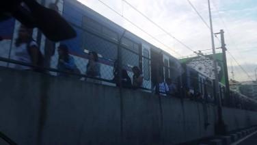 Trainspotting! Stalled MRT Train Between Guadalupe & Buendia; Passengers Walking On Tracks (10/31/2015 6:30AM)