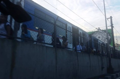 Trainspotting! Stalled MRT Train Between Guadalupe & Buendia; Passengers Walking On Tracks (10/31/2015 6:30AM)